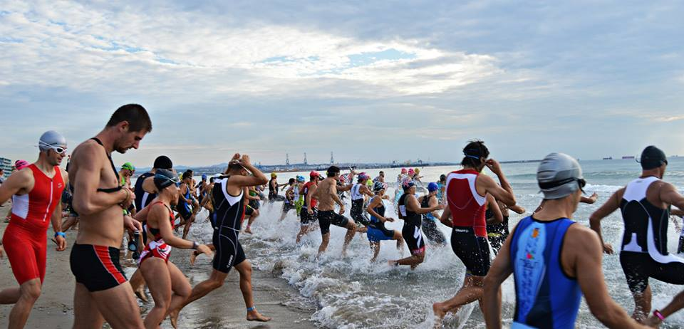Nadadors sortint a la triatlo la pineda platja